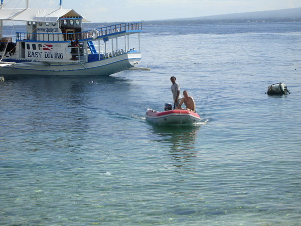 on dive safari in the philippines - transfer to the beach